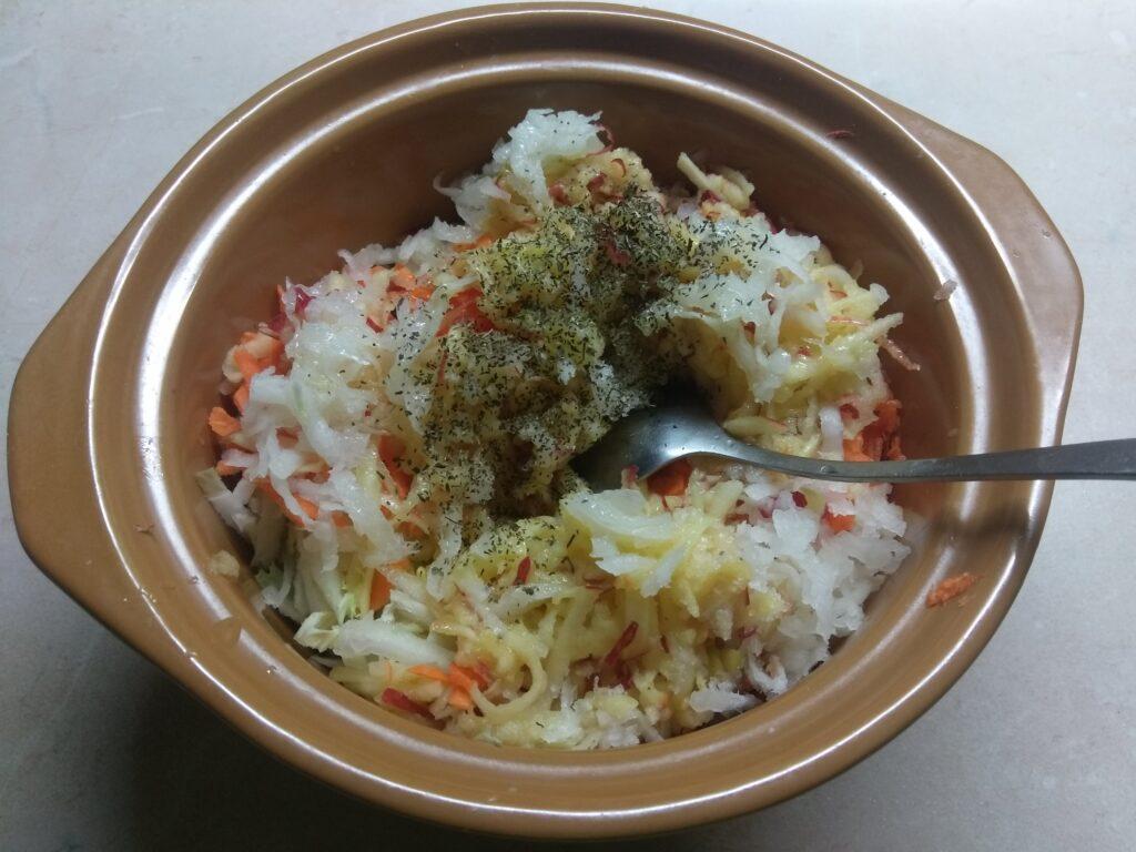 Фото рецепта - Салат из капусты с морковью, дайконом и яблоком - шаг 5