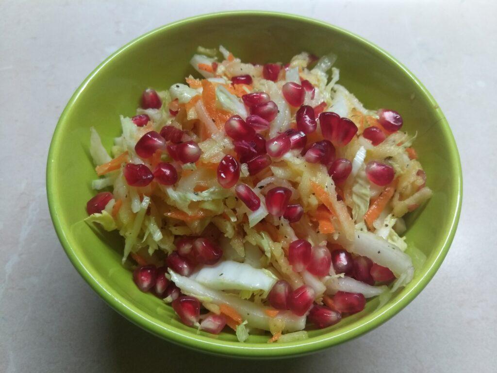 Фото рецепта - Салат из капусты с морковью, дайконом и яблоком - шаг 6