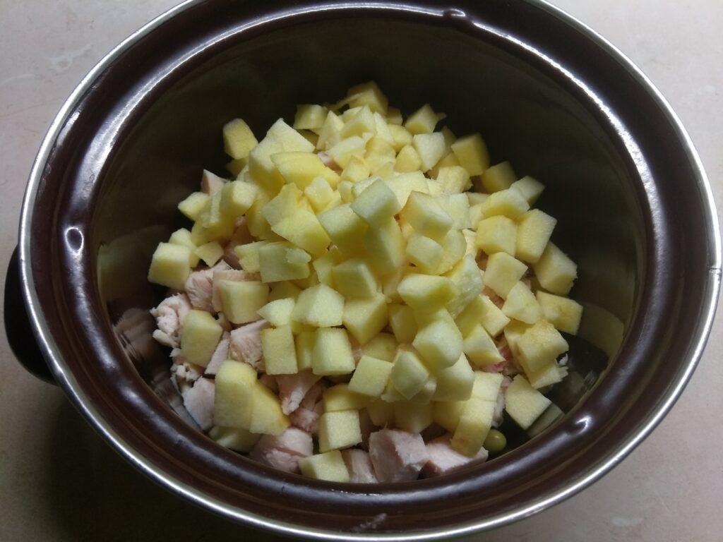Фото рецепта - Салат с курицей, горошком, яблоками и яйцами - шаг 3