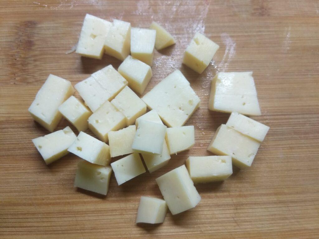 Фото рецепта - Закуска из крабовых палочек, огурца, черного хлеба и сыра - шаг 4