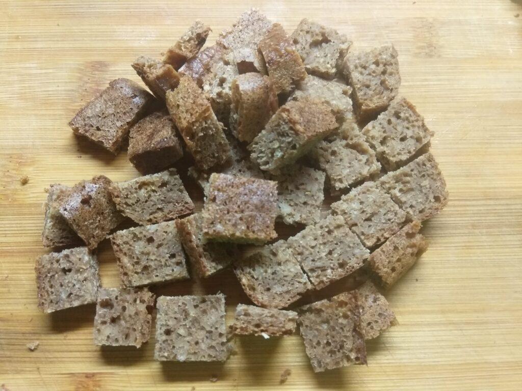 Фото рецепта - Закуска из крабовых палочек, огурца, черного хлеба и сыра - шаг 3