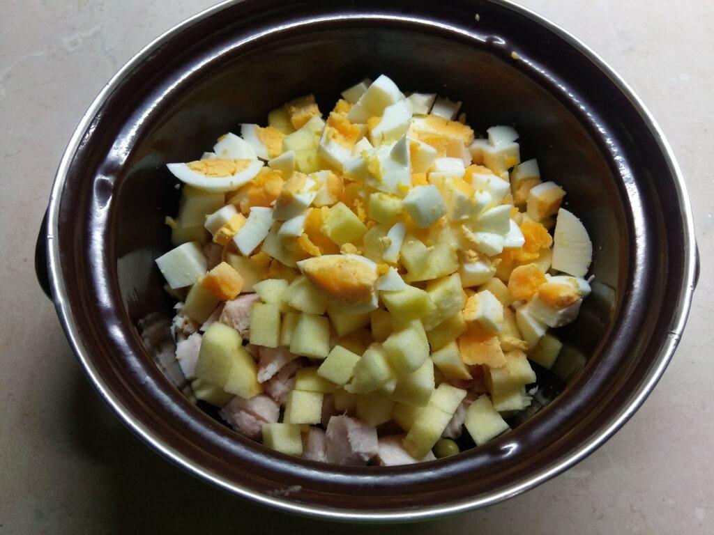 Фото рецепта - Салат с курицей, горошком, яблоками и яйцами - шаг 4