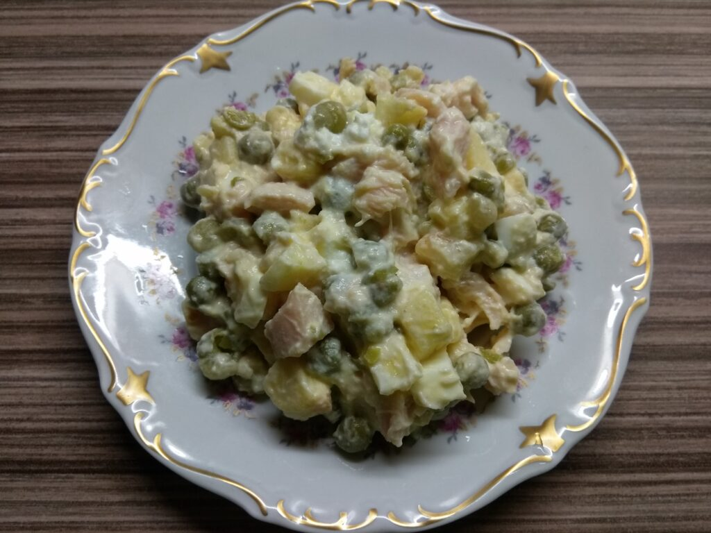 Фото рецепта - Салат с курицей, горошком, яблоками и яйцами - шаг 6