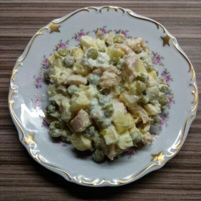 Салат с курицей, горошком, яблоками и яйцами - рецепт с фото
