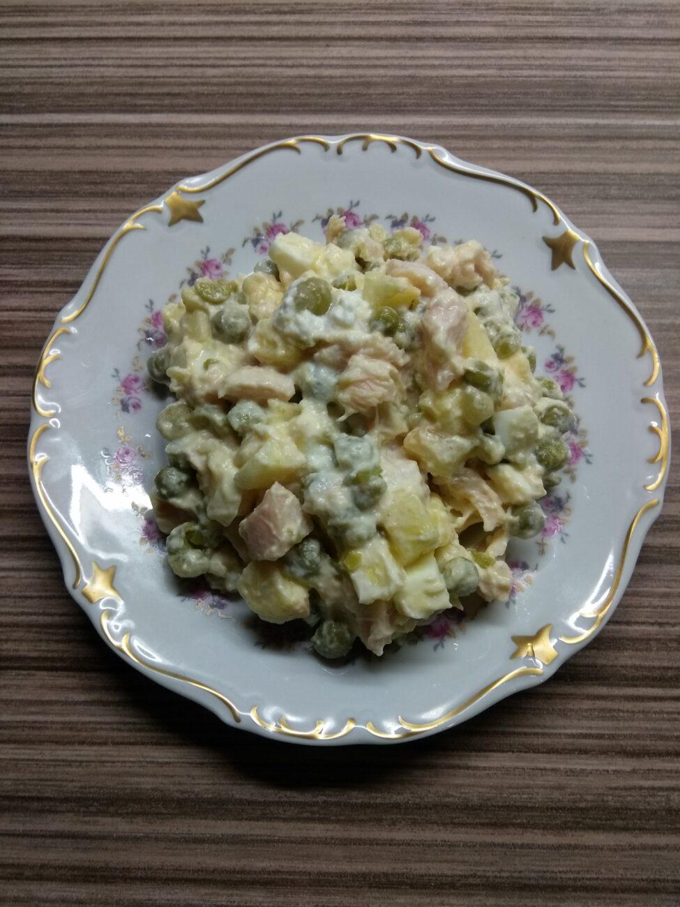 Салат с курицей, горошком, яблоками и яйцами