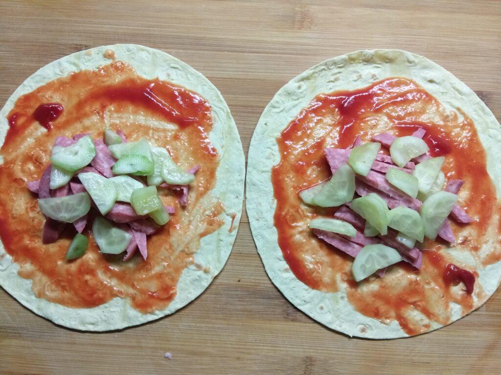 Фото рецепта - Такос с салями, огурцом и сыром Бри - шаг 3