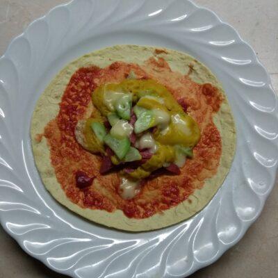 Такос с салями, огурцом и сыром Бри - рецепт с фото