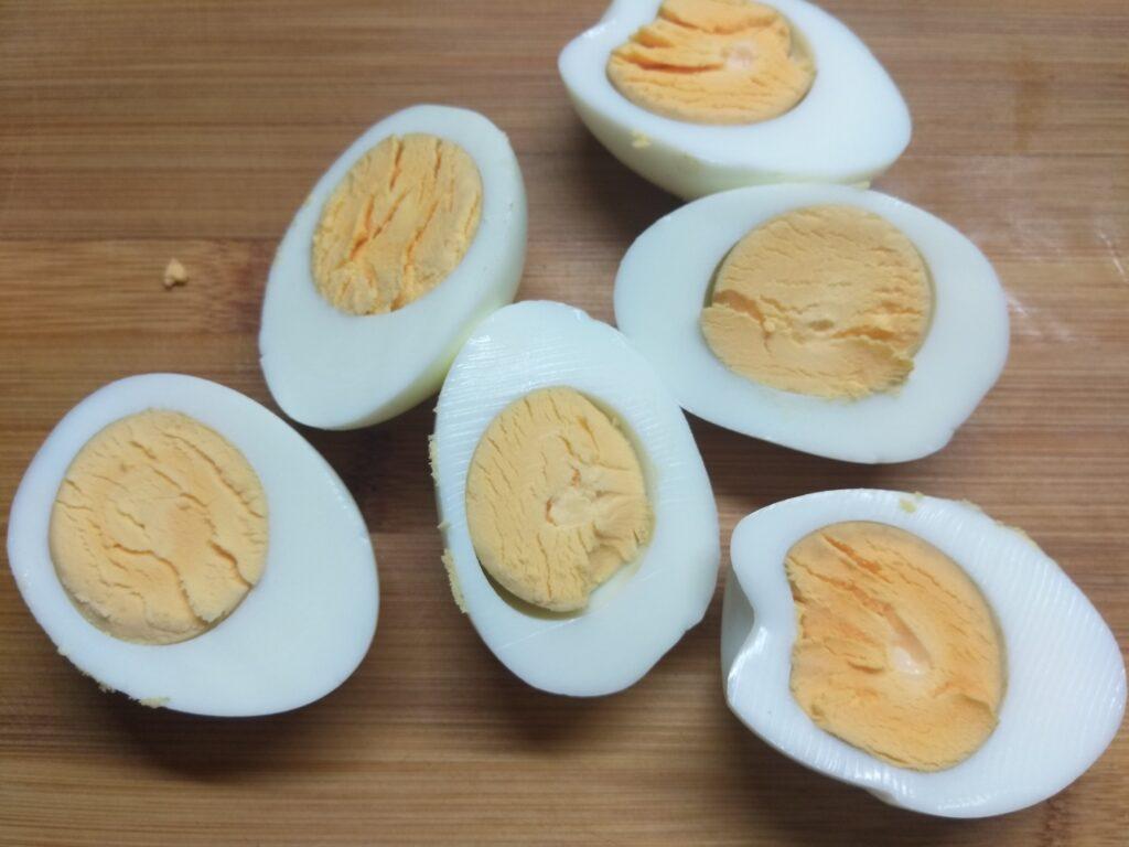 Фото рецепта - Яйца, фаршированные крабовыми палочками - шаг 1