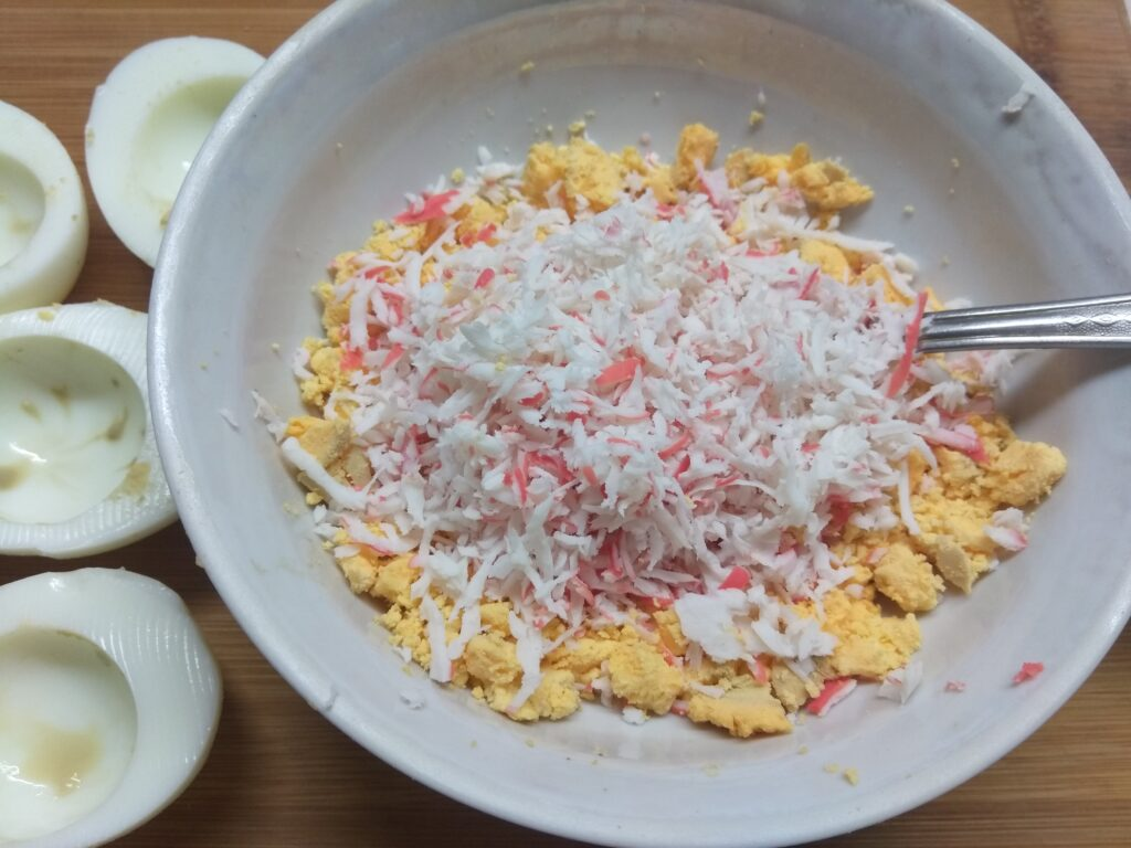 Фото рецепта - Яйца, фаршированные крабовыми палочками - шаг 2