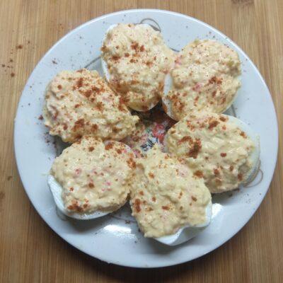Яйца, фаршированные крабовыми палочками - рецепт с фото