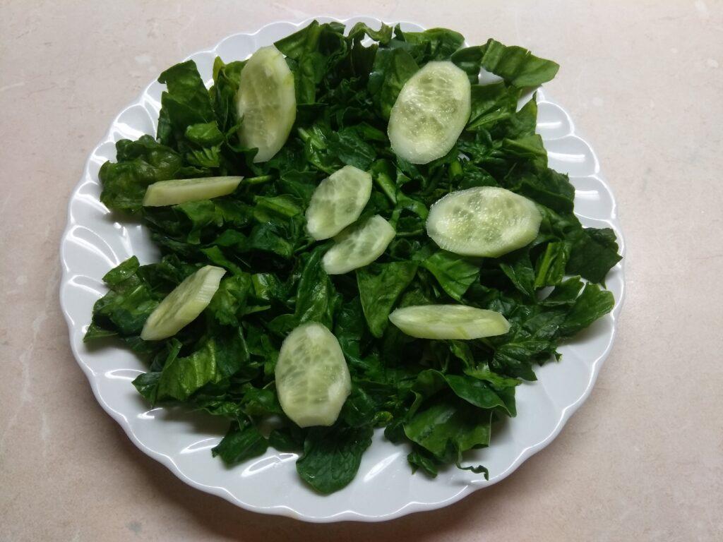 Фото рецепта - Салат со шпинатом, крабовыми палочками и огурцом - шаг 2