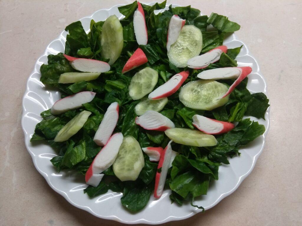 Фото рецепта - Салат со шпинатом, крабовыми палочками и огурцом - шаг 3