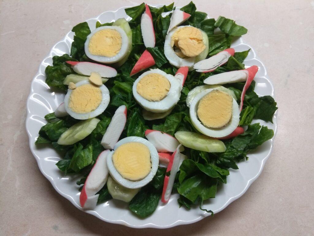 Фото рецепта - Салат со шпинатом, крабовыми палочками и огурцом - шаг 4