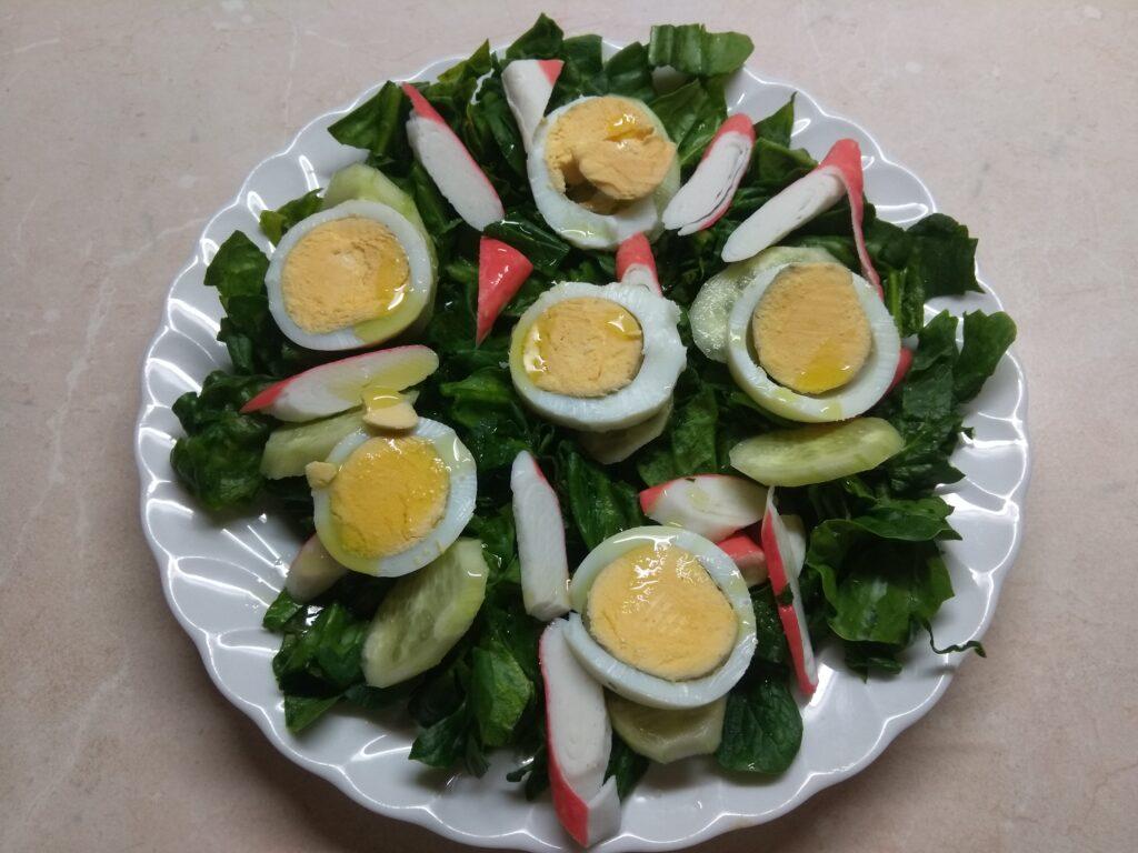 Фото рецепта - Салат со шпинатом, крабовыми палочками и огурцом - шаг 5
