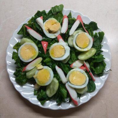 Салат со шпинатом, крабовыми палочками и огурцом - рецепт с фото