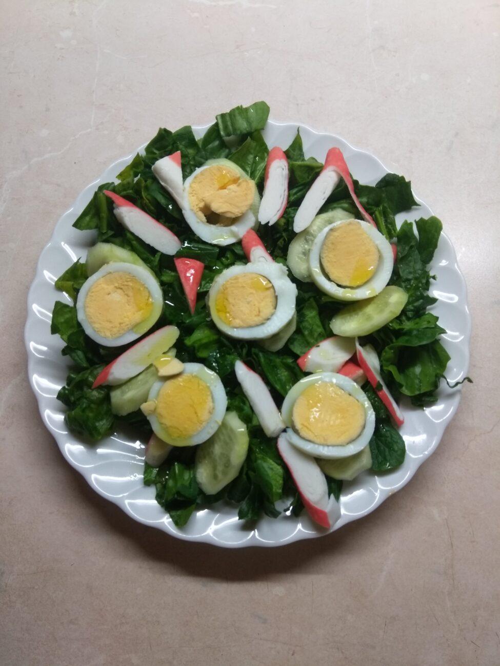 Салат со шпинатом, крабовыми палочками и огурцом