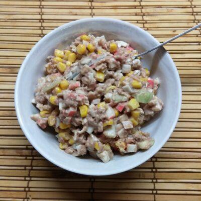 Салат-намазка из тунца, крабовых палочек и кукурузы - рецепт с фото