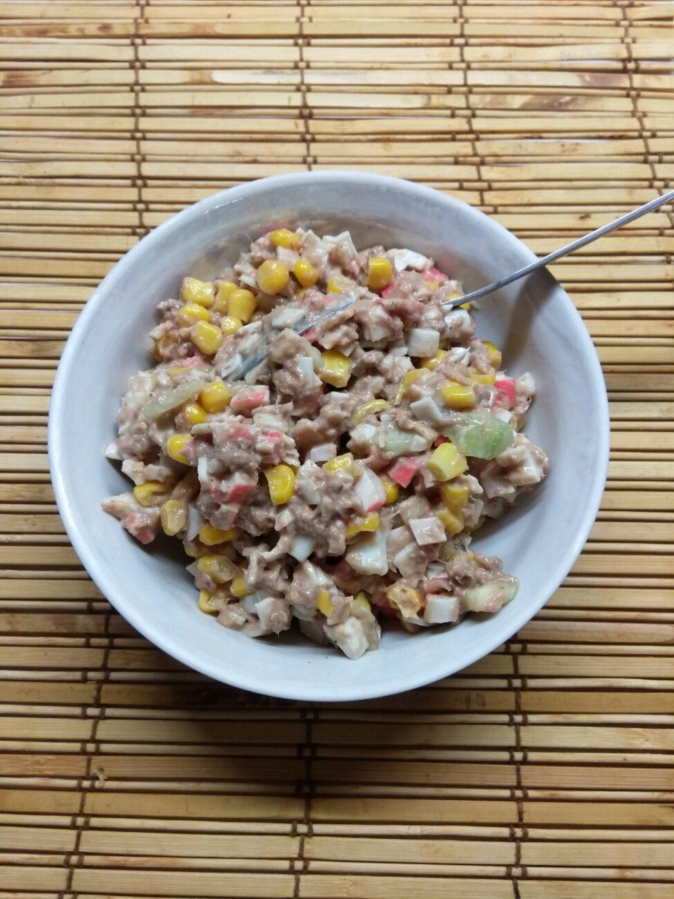 Салат-намазка из тунца, крабовых палочек и кукурузы
