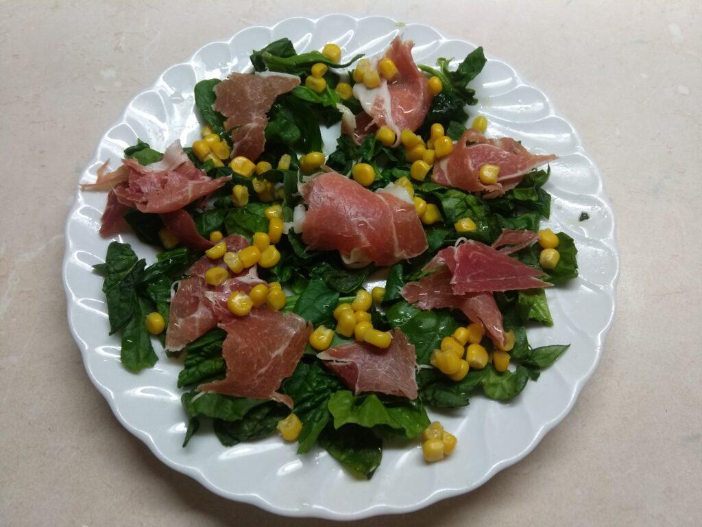 Фото рецепта - Салат со шпинатом, хамоном, кукурузой и яблоком - шаг 3