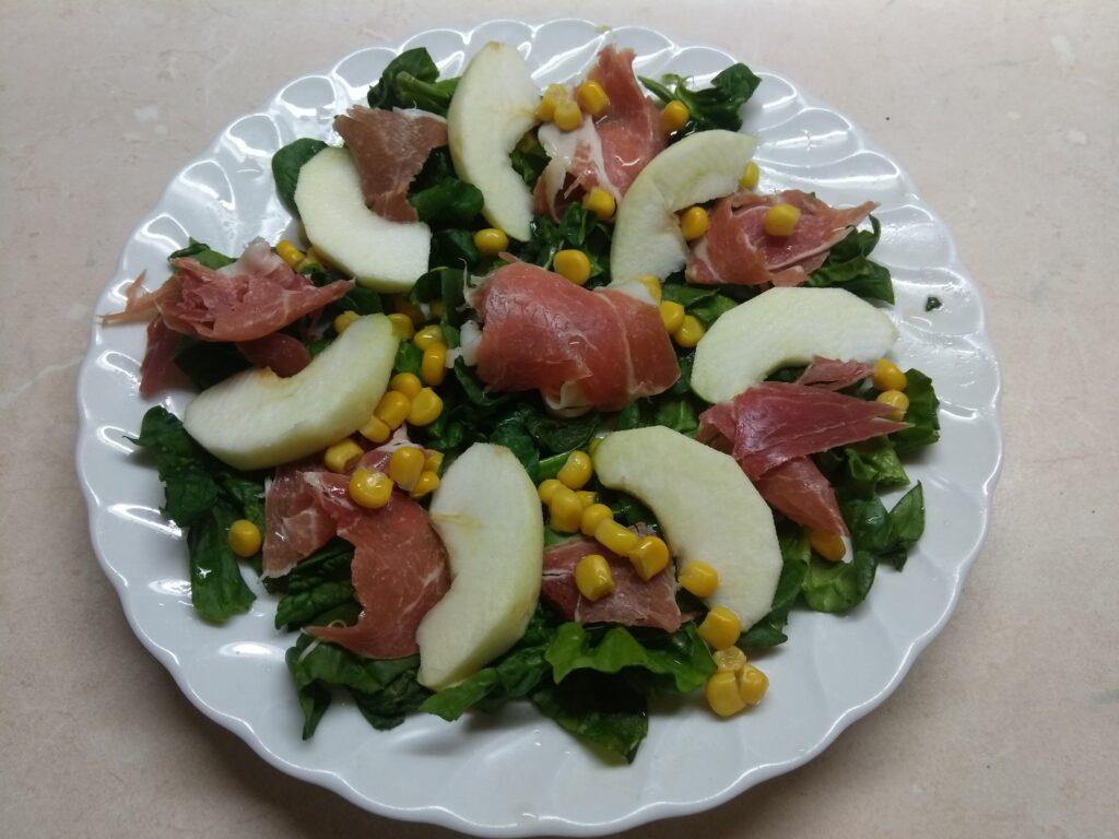 Фото рецепта - Салат со шпинатом, хамоном, кукурузой и яблоком - шаг 4