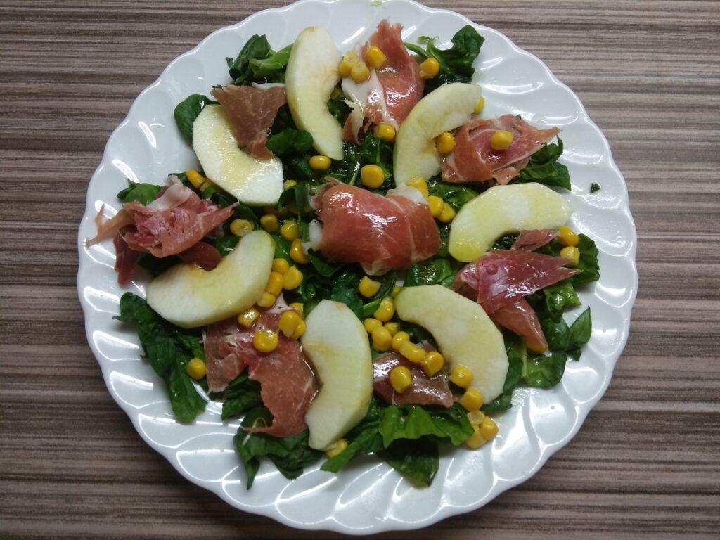 Фото рецепта - Салат со шпинатом, хамоном, кукурузой и яблоком - шаг 6