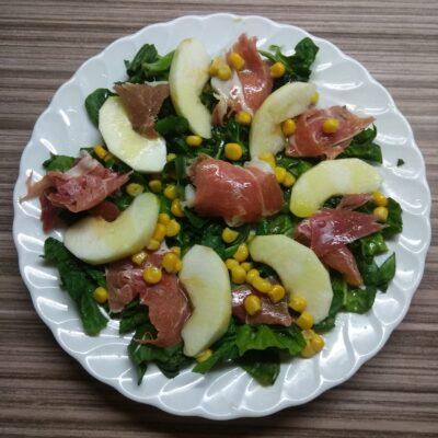 Салат со шпинатом, хамоном, кукурузой и яблоком - рецепт с фото