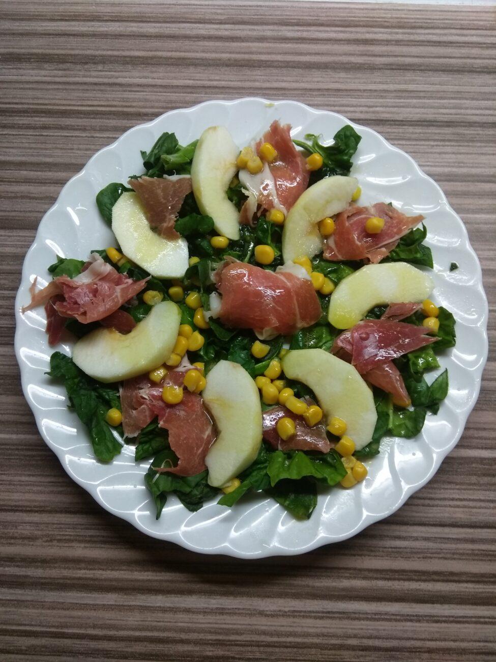 Салат со шпинатом, хамоном, кукурузой и яблоком