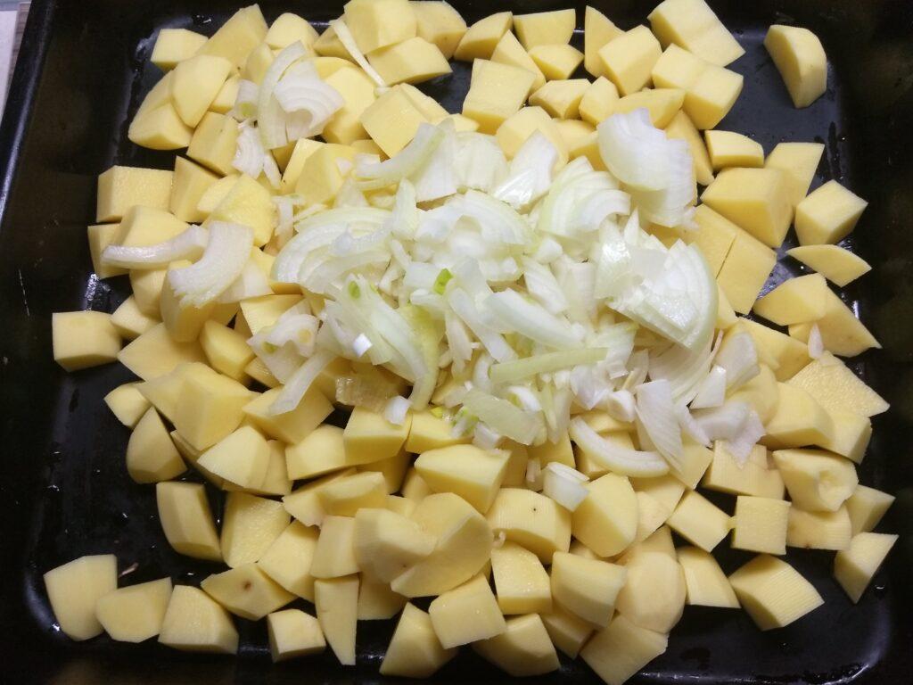 Фото рецепта - Курица, запеченная с картофелем и яблоками - шаг 2