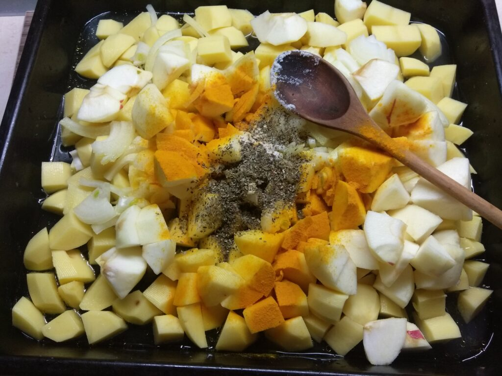 Фото рецепта - Курица, запеченная с картофелем и яблоками - шаг 4