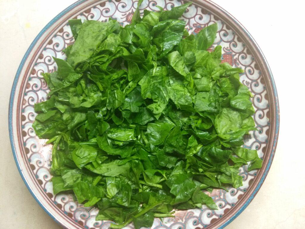 Фото рецепта - Рыбный салат со шпинатом, сыром и авокадо - шаг 1