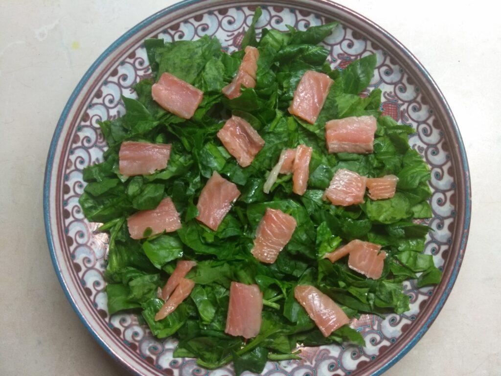 Фото рецепта - Рыбный салат со шпинатом, сыром и авокадо - шаг 2