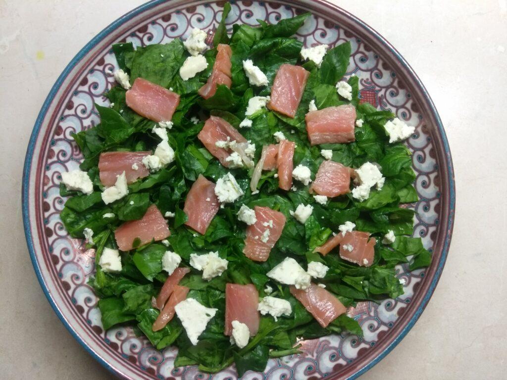 Фото рецепта - Рыбный салат со шпинатом, сыром и авокадо - шаг 3