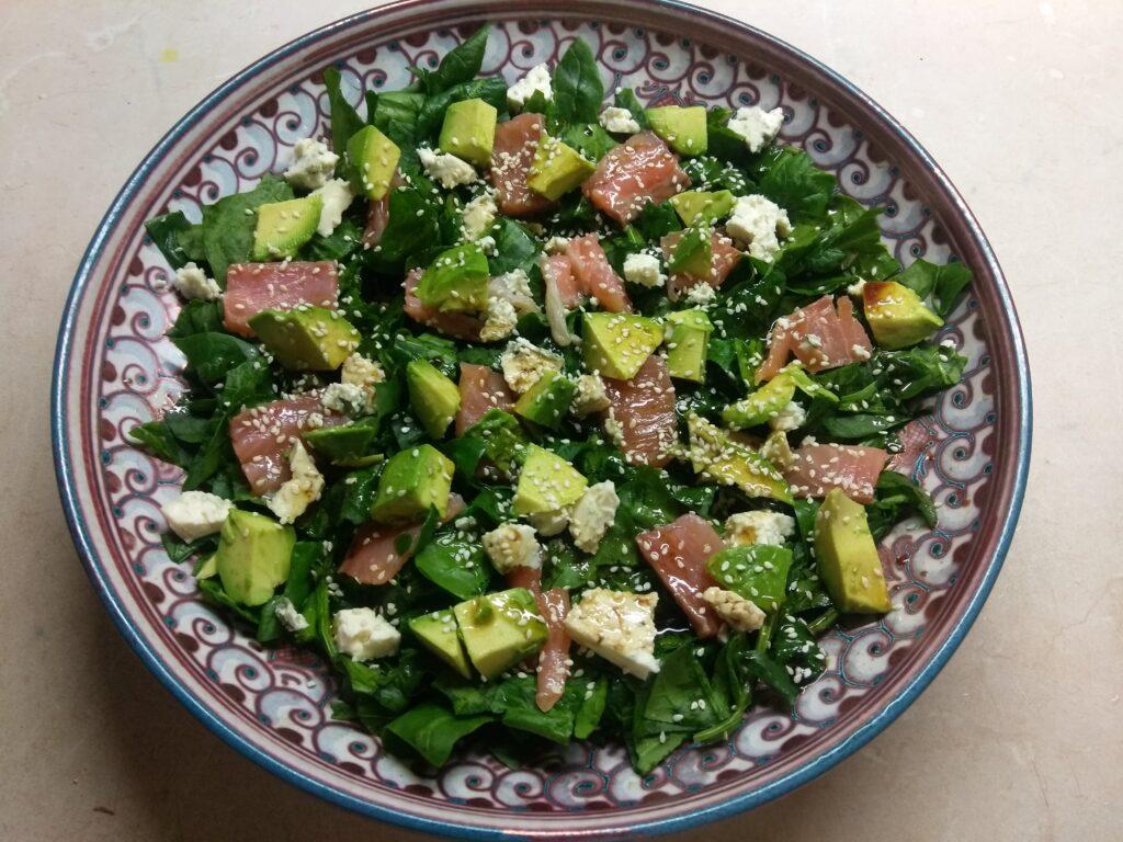 Фото рецепта - Рыбный салат со шпинатом, сыром и авокадо - шаг 5