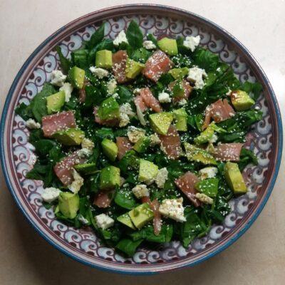 Рыбный салат со шпинатом, сыром и авокадо - рецепт с фото