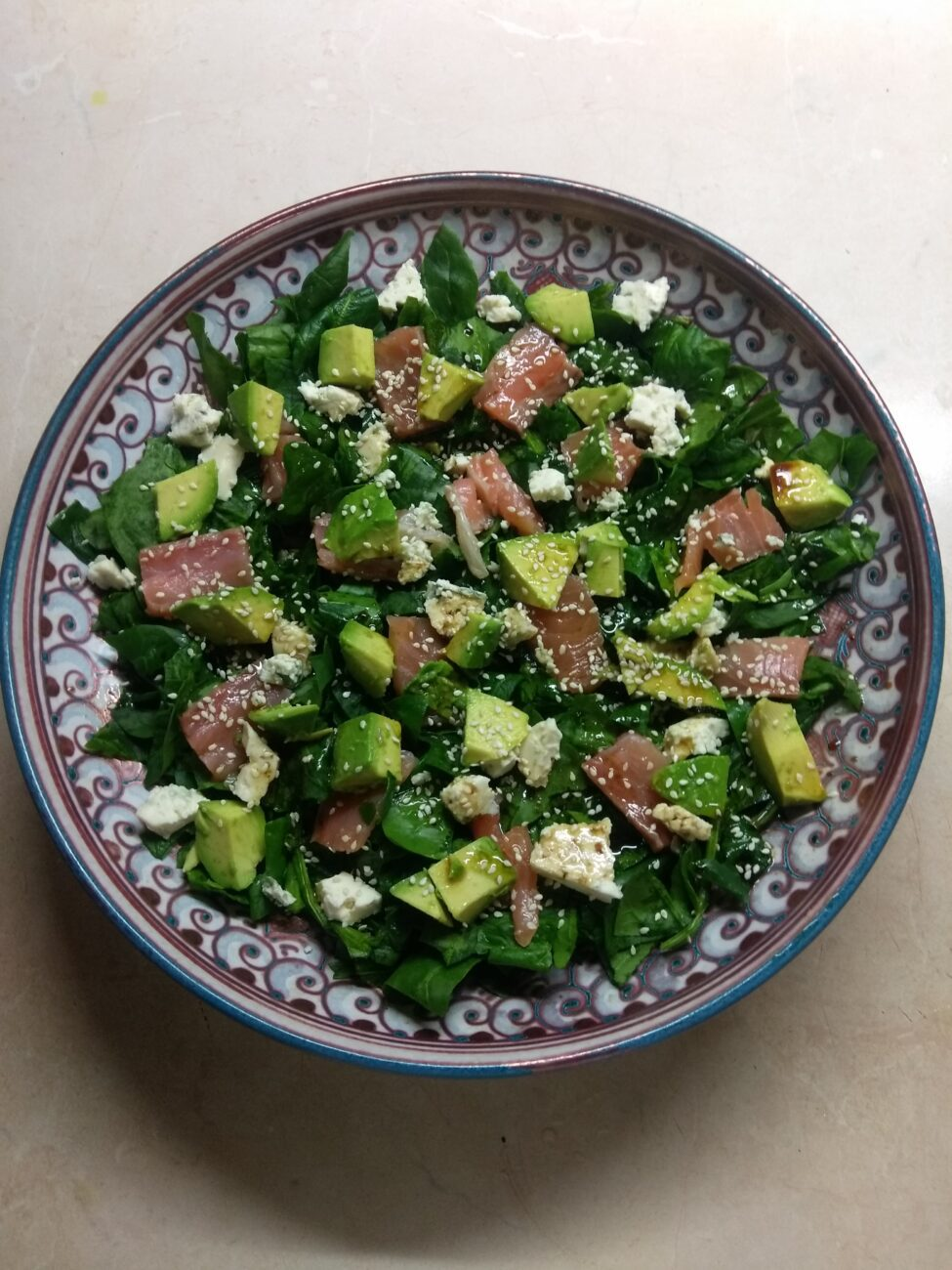 Рыбный салат со шпинатом, сыром и авокадо