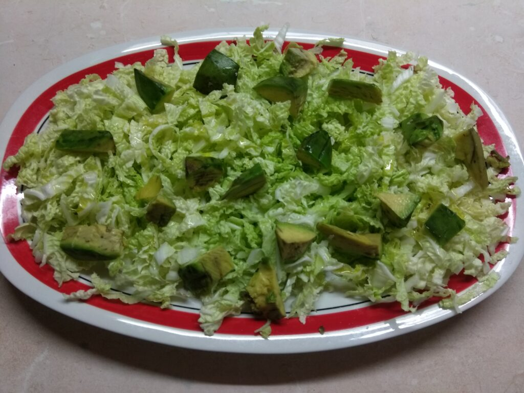 Фото рецепта - Салат с пекинской капустой, курицей, пармезаном и авокадо - шаг 2
