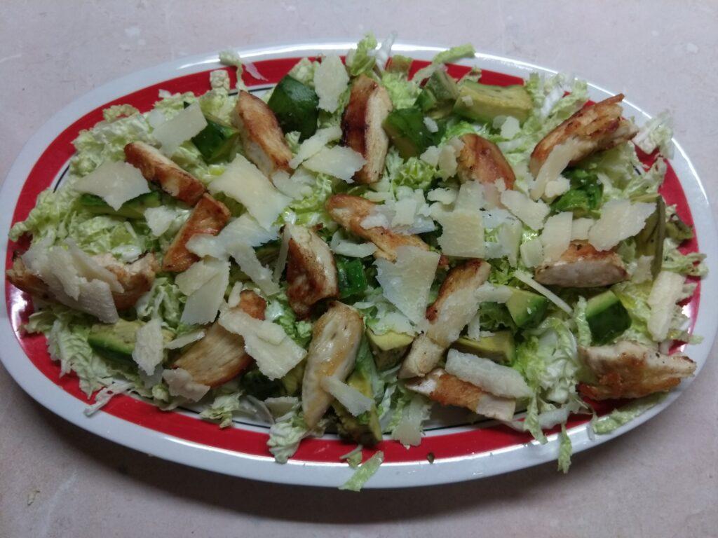 Фото рецепта - Салат с пекинской капустой, курицей, пармезаном и авокадо - шаг 4