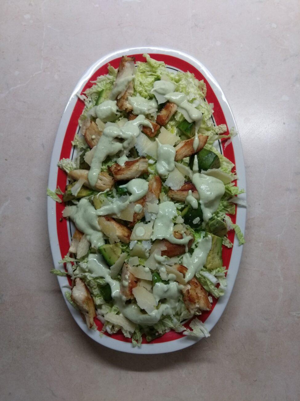 Салат с пекинской капустой, курицей, пармезаном и авокадо
