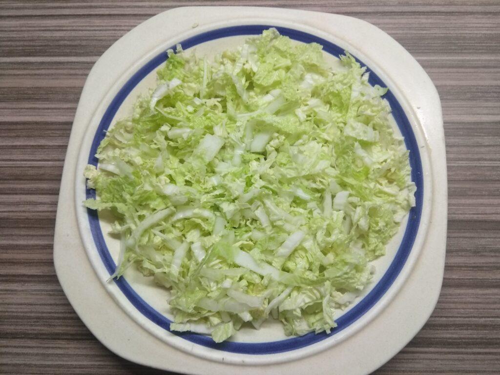 Фото рецепта - Салат с пекинской капустой, хамоном, помидором и пармезаном - шаг 1