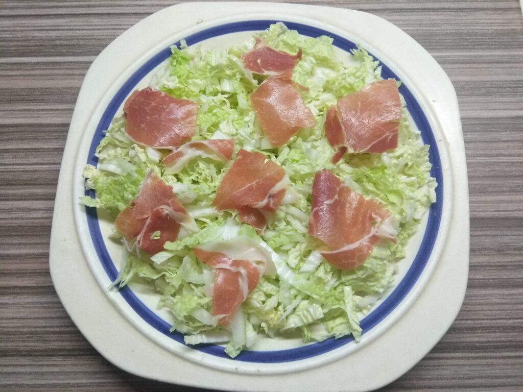 Фото рецепта - Салат с пекинской капустой, хамоном, помидором и пармезаном - шаг 2