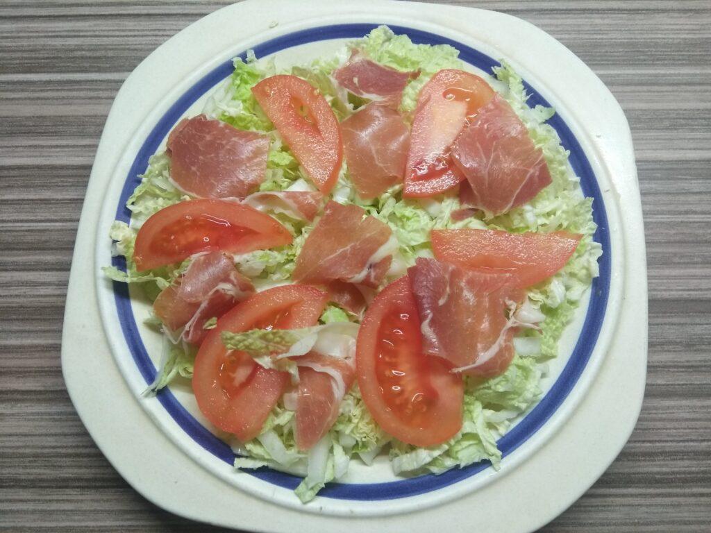 Фото рецепта - Салат с пекинской капустой, хамоном, помидором и пармезаном - шаг 3