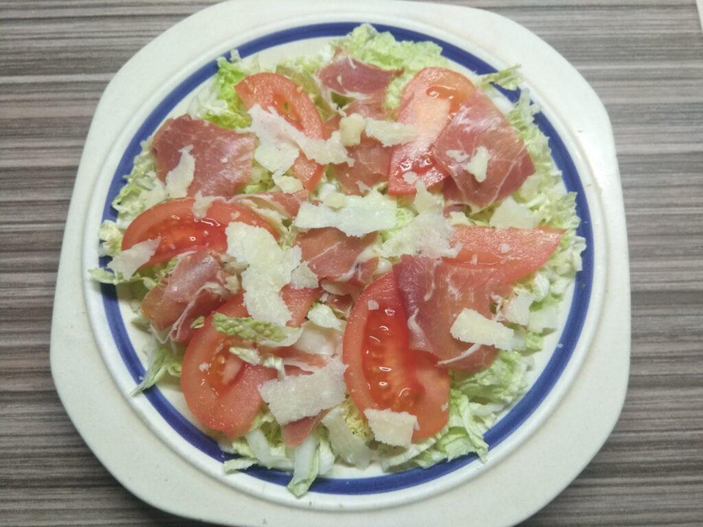 Фото рецепта - Салат с пекинской капустой, хамоном, помидором и пармезаном - шаг 4