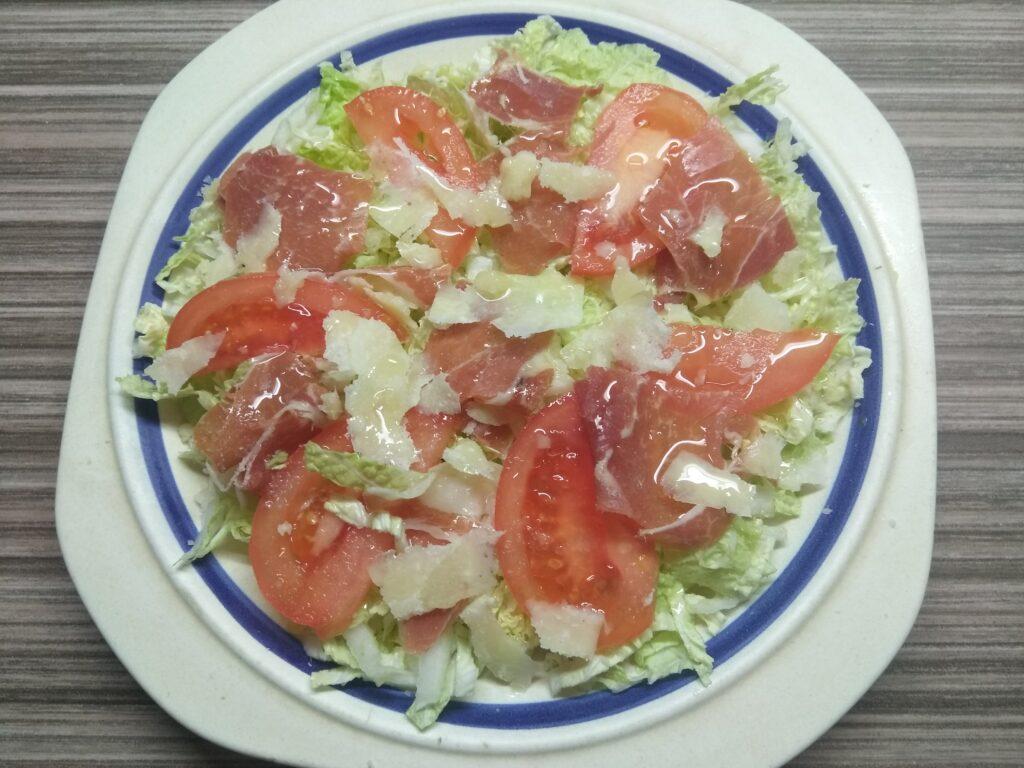 Фото рецепта - Салат с пекинской капустой, хамоном, помидором и пармезаном - шаг 5