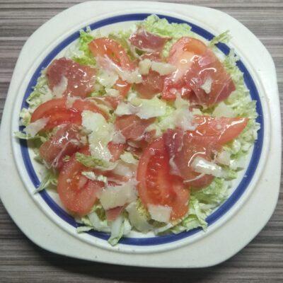 Салат с пекинской капустой, хамоном, помидором и пармезаном - рецепт с фото