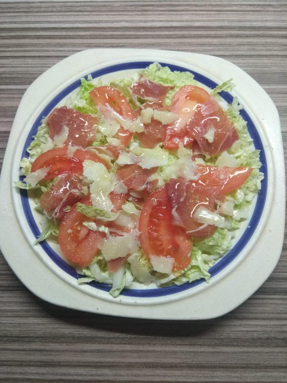 Салат с пекинской капустой, хамоном, помидором и пармезаном