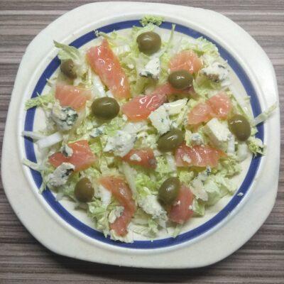 Салат с пекинской капустой, лососем, оливками - рецепт с фото