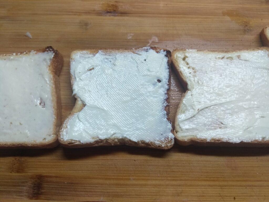 Фото рецепта - Мини-бутерброды с плавленым сыром, хамоном и огурцом - шаг 2