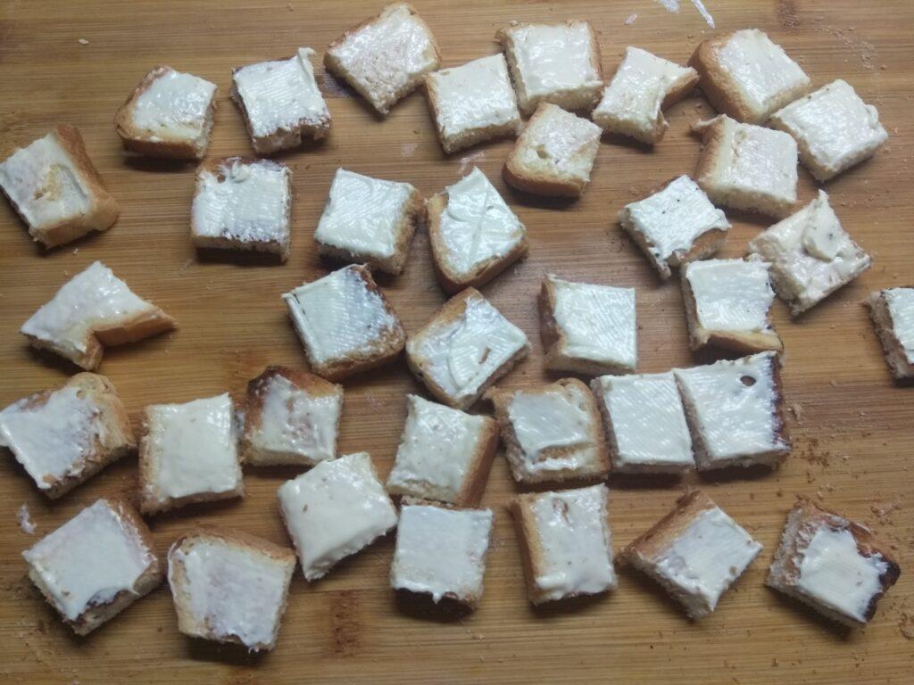 Фото рецепта - Мини-бутерброды с плавленым сыром, хамоном и огурцом - шаг 3