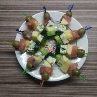 Закуска на шпажках с лососем, голубого сыра, огурца, яблока и оливок - рецепт с фото