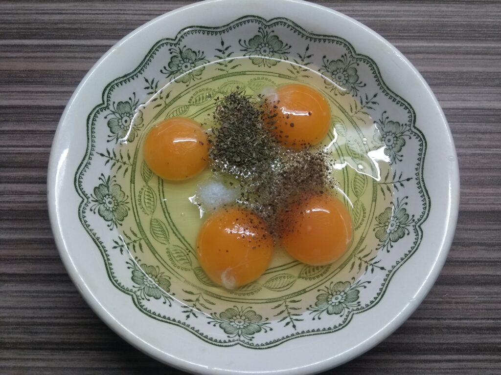 Фото рецепта - Омлет с лососем и голубым сыром - шаг 2
